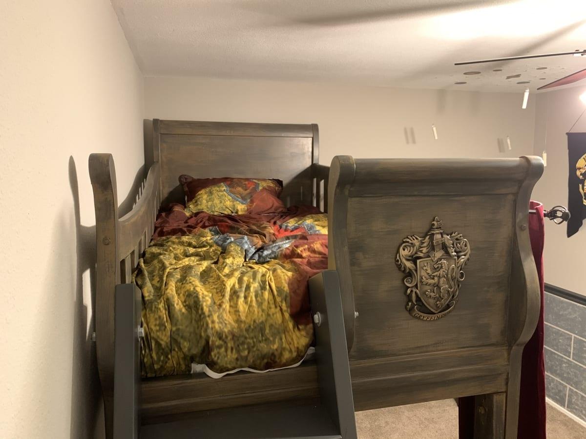 Gryffindor bed with crest